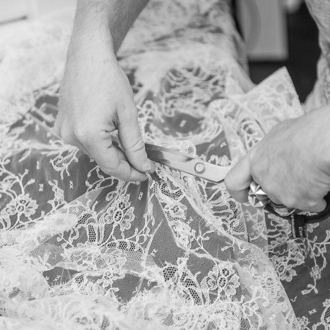 Eymeric Francois coupe de la dentelle pour la nouvelle collection de Galatée Couture