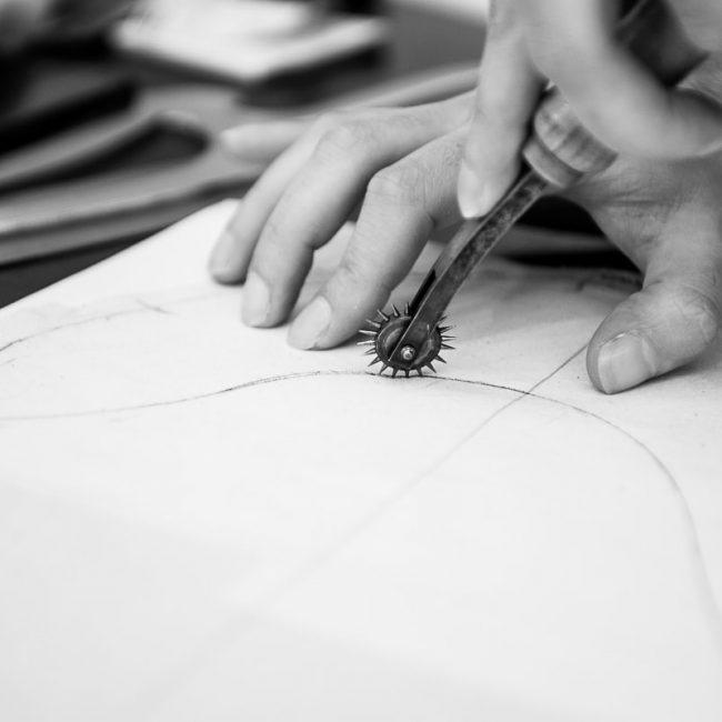 travail artisanal de report de patron avec une roulette pour la nouvelle collection de Galatée Couture